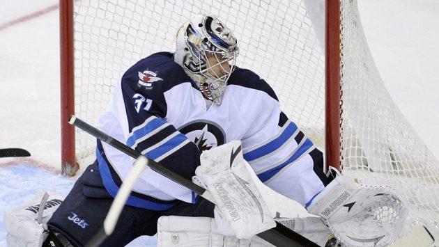 Brankář Ondřej Pavelec podpořil pětadvaceti zákroky výhru Winnipegu na ledě New Jersey.