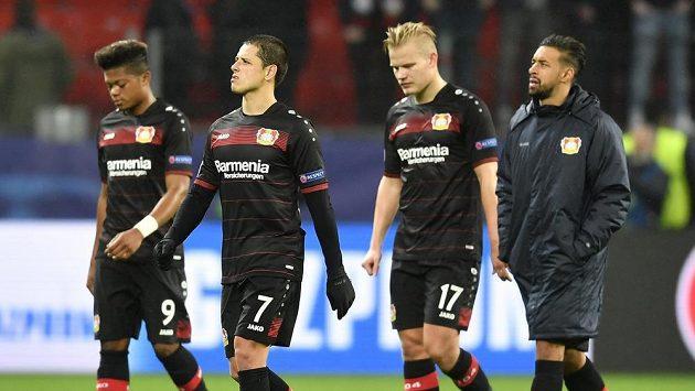 Zleva hráči Leverkusenu Leon Bailey, Javier Hernandez, Joel Pohjanpalo a Karim Bellarabi po utkání LM s Atlétikem Madrid.