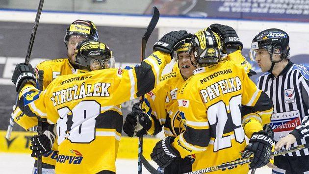 Hokejisté Litvínova oslavují gól.