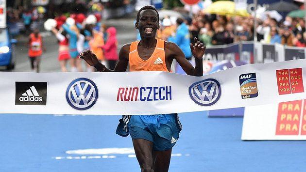 Keňský běžec Patrick Terer vyhrál tradiční Pražský maratón.