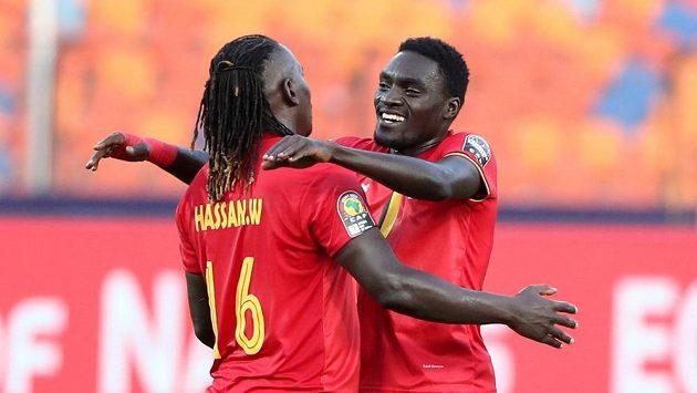Fotbalisté Ugandy Hassan Wasswa (vlevo) a Timothy Awanyi slaví gól proti Kongu na africkém mistrovství.
