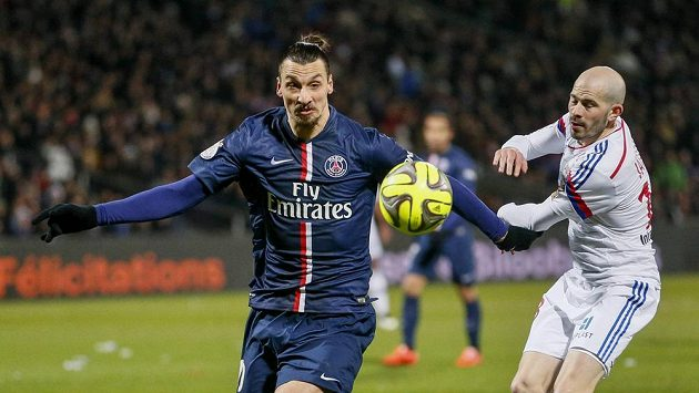 Zlatan Ibrahimovic (vlevo) z PSG s lyonským Christophem Jalletem.