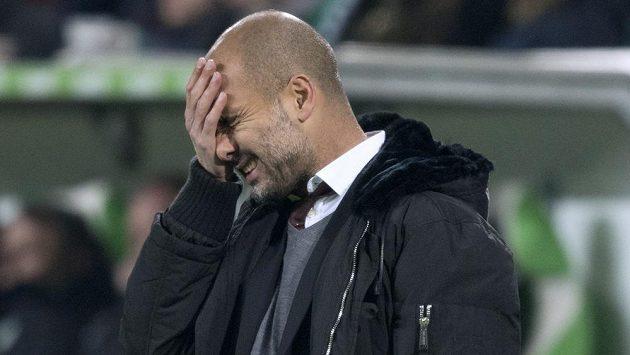 Pep Guardiola neměl radost. Čtyři góly, které Wolfsburg nastřílel Bayernu, byly hořké sousto.