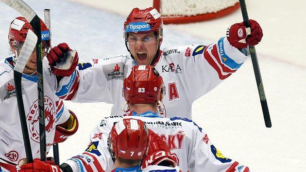 Třinečtí hokejisté se radují z gólu proti Zlínu. Nahoře je střelec branky Jiří Polanský.