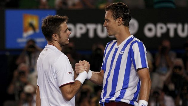 Tomáš Berdych (vpravo) gratuluje k vítězství Stanislasi Wawrinkovi po semifinále Australian Open.