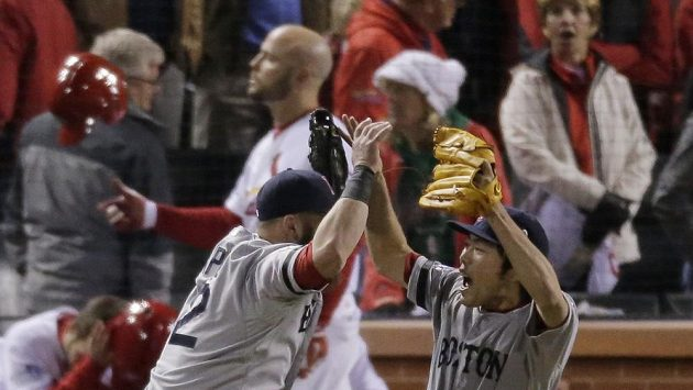 Baseballisté Bostonu se radují z výhry nad St. Louis.