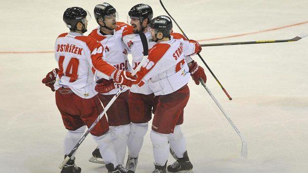 Radost Olomouckých hokejistů v barážovém utkání proti Kladnu, druhý zprava je střelec Mario Cartelli.