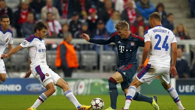 Fotbalisté CSKA brání Bastiana Schweinsteigera (uprostřed) během střetnutí s Bayernem Mnichov v Lize mistrů.