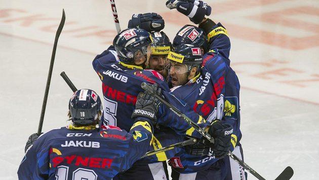 Hokejisté Liberce se radují z branky mladičkého Pavla Zachy.