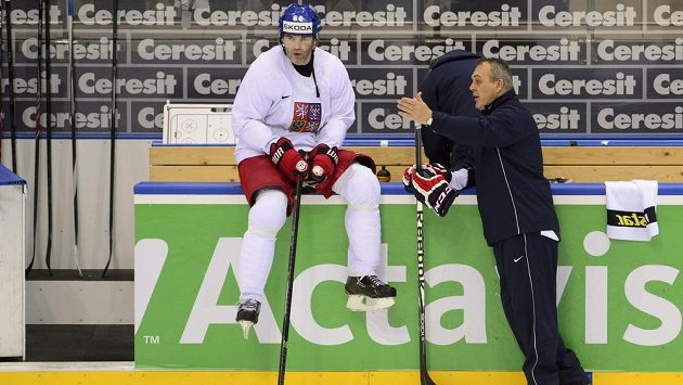 Budou změny pravidel aktuální i pro Jaromíra Jágra (vlevo), který naznačil, že na MS už hrát nikdy nebude? Na snímku s ním je asistent trenéra Ondřej Weissmann.