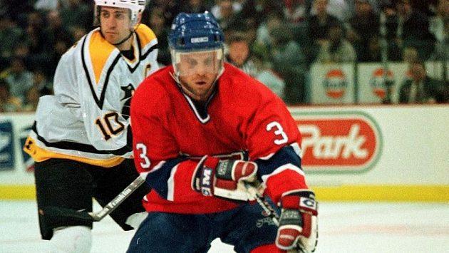 Zarley Zalapski (vpředu v dresu Montrealu) na snímku z roku 1998 v utkání NHL proti Pittsburghu.