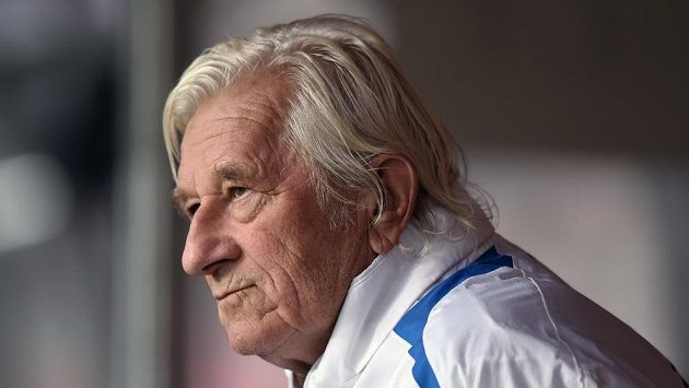Karel Brückner sleduje trénink české fotbalové reprezentace.
