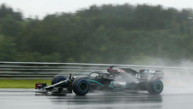 Brit Lewis Hamilton s mercedesem v deštivé kvalifikaci.
