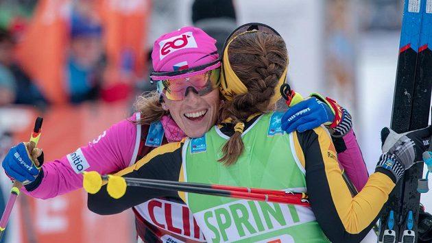 Kateřina Smutná (vlevo) v cíli Jizerské padesátky v rámci série Ski Classic.
