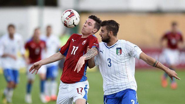 Český záložník Tomáš Přikryl (vlevo) zpracovává míč před Italem Daniele Paparussem.