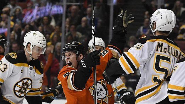 Útočník Anaheimu Ducks Ondřej Kaše slaví gól v utkání NHL proti Bostonu.