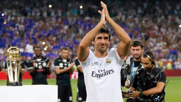 Takhle se před dvěma lety loučil španělský útočník Raúl s fanoušky Realu Madrid.