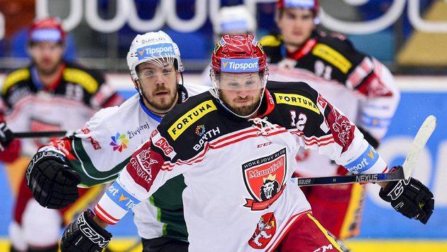Petr Šidlík (vlevo) opouští Karlovy Vary.