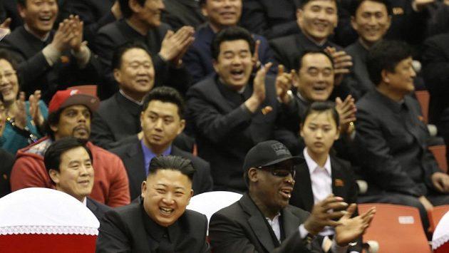"""Dennis Rodman se svým """"kamarádem"""" Kimem v Pchjongjangu."""