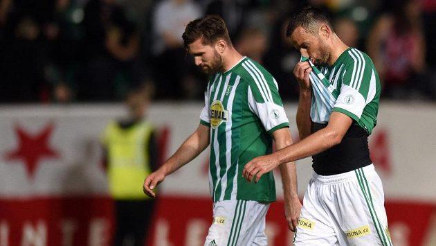 Zelenobílý smutek. Erich Brabec (vpředu) a Martin Cseh z Bohemians po utkání se Slavií.