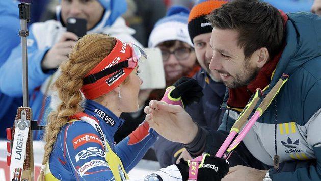 Odměnou pro biatlonistku Gabrielu Koukalovou je v cíli závodů často i polibek od manžela Petra. Ten nechyběl ani na mistrovství světa v Hochfilzenu, kde Koukalová vyhrála závod ve sprintu (ilustrační foto).