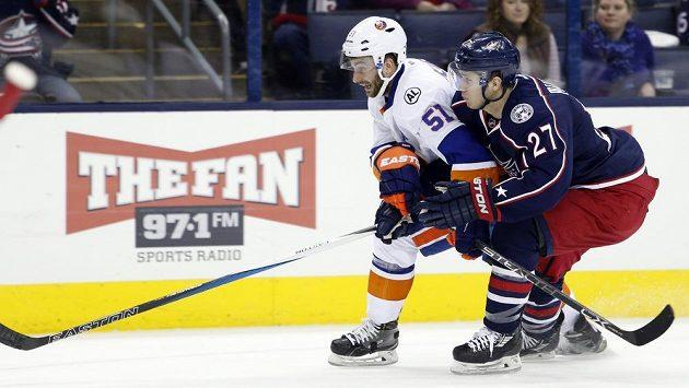 Obránce Columbusu Ryan Murray (vpravo) v zápase s New Yorkem Islanders.