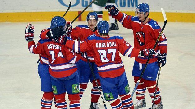 Hokejisté Lva Praha se radují z gólu.