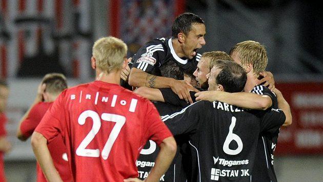 Fotbalisté Příbrami oslavují vítězství nad Brnem.
