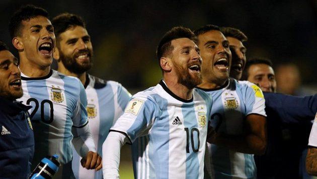 Radost fotbalistů Argentiny po postupu na světový šampionát v Rusku 2018.