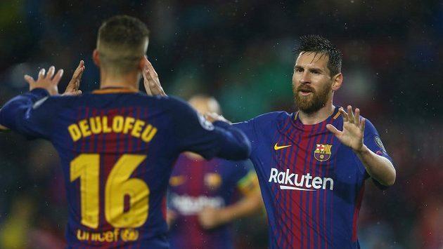 Barcelonští fotbalisté Lionel Messi a Gerard Deulofeu slaví gól.