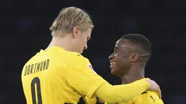 Přátelský pozápasováý rozhovor obrovských talentů světového fotbalu v dresu Dortmundu. Vlevo Erling Haaland, vpravo Youssoufa Moukoko.