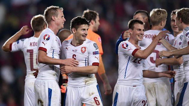 Střelec vítězného gólu Václav Pilař (druhý zleva) oslavuje se spoluhráči vítězství nad Nizozemskem.