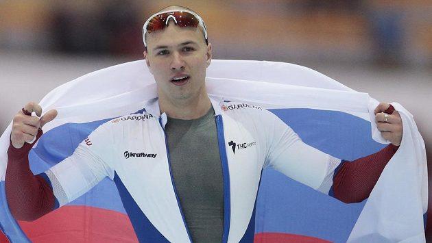 Ruský rychlobruslař Pavel Kuližnikov po triumfu na 500 m při únorovém MS v Kolomně.