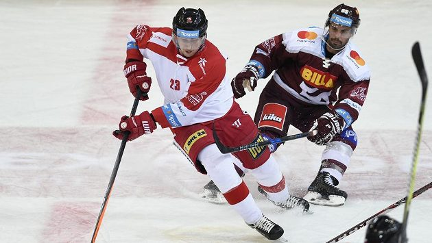 Zleva Jiří Ondrušek z Olomouce a Michal Řepík ze Sparty v duelu 48. kola extraligy.
