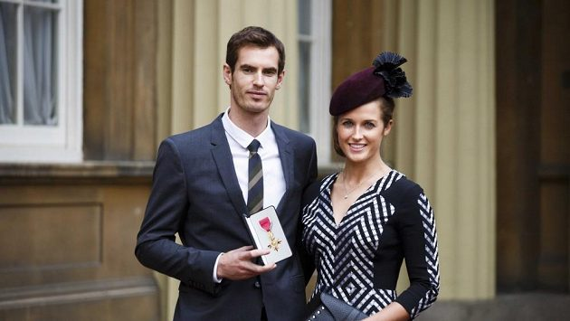 Andy Murray s přítelkyní Kim Searsovou po čtvrtečním převzetí Řádu britského impéria.