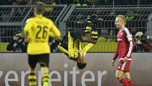 Pierre-Emerick Aubameyang z Dortmundu slaví svým typickým způsobem gól do sítě Ingolstadtu.