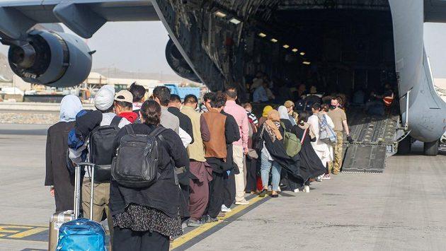 Záchranné akce pokračují, z Afghánistánu prchá řada lidí. Ilustrační foto