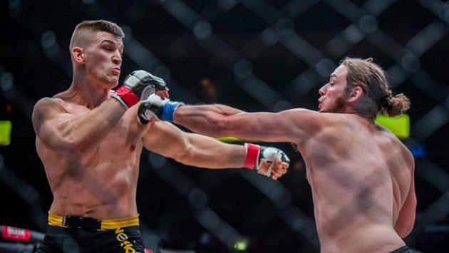 Miloš Petrášek (vlevo) v jednom z posledních duelů s Jeremym Kimballem.