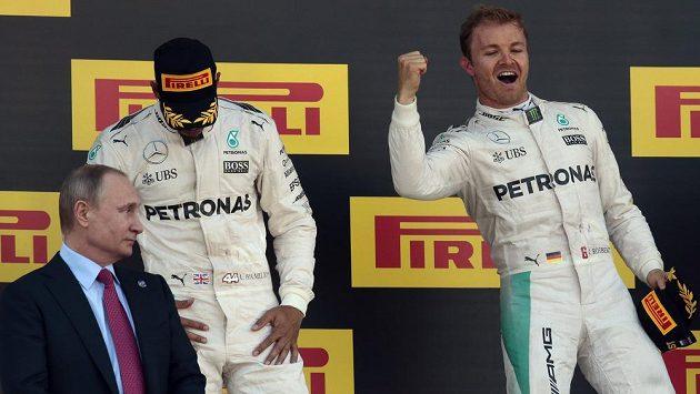 Typický obrázek letošní sezóny. Radost Nico Rosberga (vpravo) a smutek Lewise Hamiltona (vlevo nahoře). Vlevo dole ruský prezident Vladimir Putin.