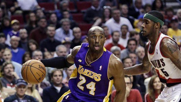 Na výhře Lakers 113:106 se Kobe Bryant (vlevo) podílel 47 body, což je jeho nejlepší střelecký výkon v sezóně.