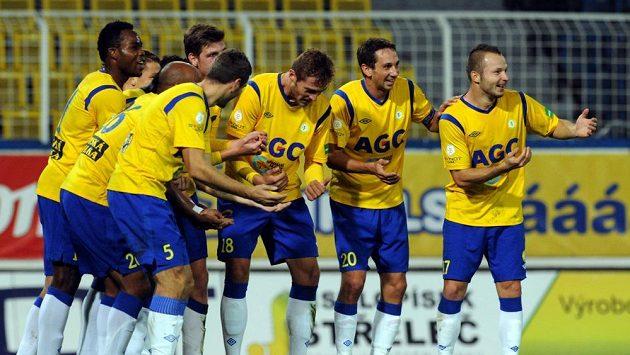 Fotbalisté Teplic se radují po jedné z branek, kterou vstřelili Slovácku.