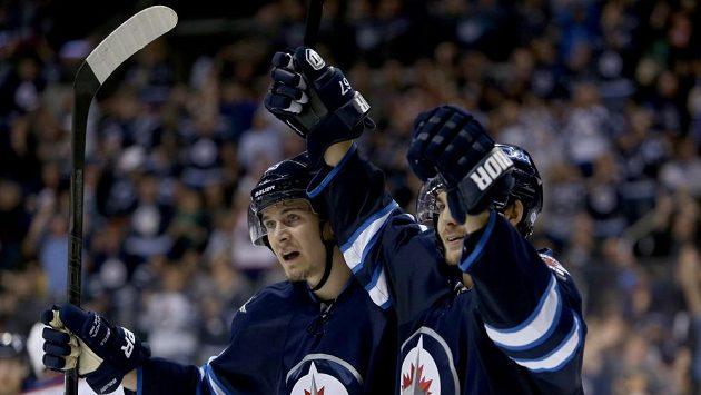 Michael Frolík (vpravo) se raduje z branky do sítě Edmontonu.