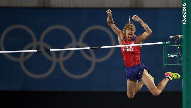 Tyčkař Michal Balner zdolává ve finále laťku ve výšce 550 cm.