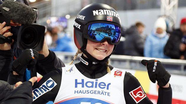 Mistryní světa ve skocích na lyžích se stala největší favoritka Maren Lundbyová.