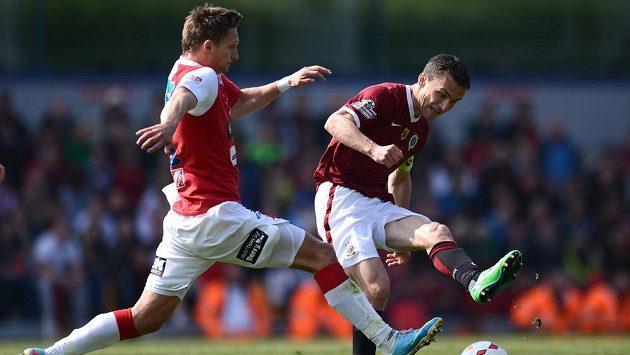 Slávista Milan Škoda (vlevo) se snaží zblokovat přihrávku sparťana Davida Lafaty.