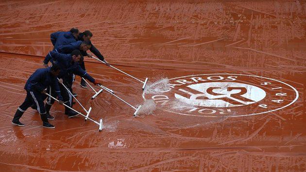 Prograam Roland Garros nadále narušuje déšť.