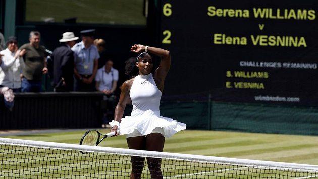 Serena Williamsová slaví postup do finále Wimbledonu.