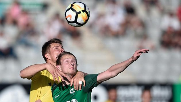Střele karvinského gólu Pavel Dreksa v hlavičkovém souboji s jabloneckým střelcem Janem Chramostou.