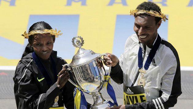 Vítězové bostnoského maratónu Lemi Berhanu a Atsede Baysaová.