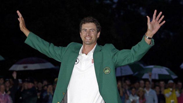 Australan Adam Scott v zeleném saku pro vítěze.